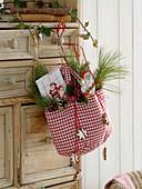 Rot-weiß-karierte Tasche mit Schoko-Nikoläusen, Geschirrtuch, Pinus (Kiefer)
