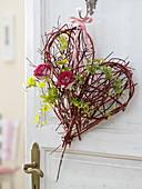 Herz aus Zweigen vom Cornus (Hartriegel), rote Rosa (Rosen)