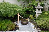 Asiatischer Garten mit Steinlaterne und Wasserspiel