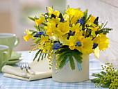 Frühlingsstrauß aus Narcissus 'Dutch Master' 'Tete a Tete' (Narzissen), Acacia