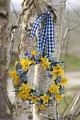 Kleiner blau-gelber Frühlingskranz aus Narcissus (Narzissen), Muscari