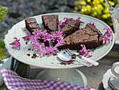 Schokoladenkuchen dekoriert mit Blüten von Hyacinthus (Hyazinthen)