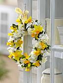 Duftender Frühlingskranz am Schrank : Narcissus (Narzissen), Primula