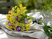 Strauß aus Primula veris (Echte Schlüsselblume, Himmelsschlüssel), Viola