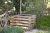 Neu aufgebauter Kompostbehälter aus Holz - Stecksystem