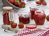 Gläser mit selbstgemachter Marmelade aus Erdbeeren