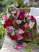 Herz aus gemischten Rosen mit Minze