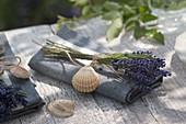 Maritime Serviettendeko aus Lavendel (Lavandula) und Muscheln