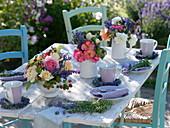 Sommerliche Tischdeko mit Rosen, Lavendel und Himbeeren