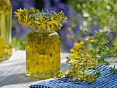 Kleine Flasche mit Johanniskraut - Blüten (Hypericum perforatum)