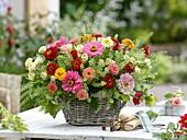 Gesteck aus Sommerblumen und Rosen in Korb