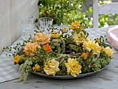 Kranz aus Rosa 'Tequila' (Rosen, Hagebutten), Amaranthus (Fuchsschwanz)