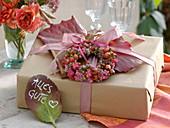 Geschenk herbstlich dekoriert mit Kränzchen aus Rosa (Hagebutten)