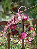 Herbstlicher Kranz am Zaun : Callistephus (Sommerastern), Hydrangea