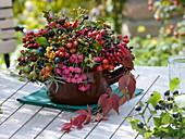 Herbststrauß aus Wildfrüchten
