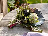 Gemüsestrauss mit Artischocke (Cynara), Aubergine (Solanum melongena)