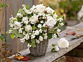 Strauß aus Symphoricarpos (Schneebeere, Knallerbse) und Rosa (Rosen)