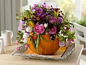 Herbstlicher Strauß in Kürbis als Vase