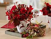 Roter Herbststrauß : Rosa (Rose, Hagebutten), Blätter von Quercus