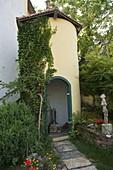 Künstlergarten Weg zum Turm