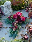 Allerheiligengesteck in Kreuzform : Rosa (Rosen), Protea, gefärbte Beeren