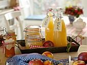 Äpfel im Herbst zu Saft, Mus und Gelee verarbeiten