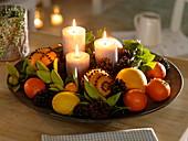Schale mit Orangen, Pomander, Mandarinen, Zitronen und Kumquat