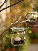Einmachglas als Windlicht mit Drahtbügel an Baum gehängt