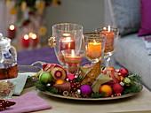 Schneller Adventskranz orientalisch dekoriert mit buntem Christbaumschmuck