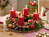 Natürlicher Adventskranz aus Abies (Nordmanntanne) mit roten Kerzen