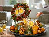 Teller mit Orangen, Orangenscheiben, Pomander, Mandarinen und Limetten, Hagebutten - Efeu - Kranz