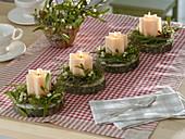 Schlichter Adventskranz aus einzelnen Stern-Kerzen auf Baumscheiben