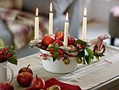 Ungewöhnlicher Adventskranz : emaillierter Topf mit Äpfeln (Malus)