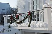 Balkon mit Girlande weihnachtlich schmücken 2/3