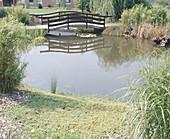 EINE Brücke führt Über DEN Teich