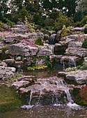 Bachlauf im Steingarten mit Wasserfällen