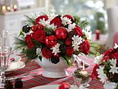 Duftende rot-weiße Weihnachts-Tischdeko : Rosa (Rosen), Narcissus 'Ziva'