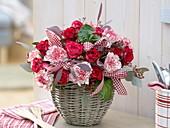 Winterstrauß aus Rosa (Rosen), Dianthus 'Arthur' (Nelken), Eucalyptus