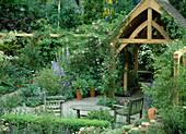 Sitzplatz im Garten mit Holzhaus