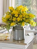 Gelber Strauß aus Acacia (Mimose), Tulipa (Tulpen), Narcissus 'Tete a Tete'