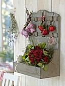 Strauß aus getrockneten Rosa 'Rockstar' (Rosen) mit Salal-Blättern