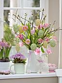 Strauß aus Tulipa 'Dynasty' (Tulpen), Zweige von Prunus (Kirsche), Primula