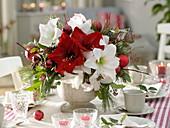 Rot-weißer Weihnachtsstrauß aus Hippeastrum (Amaryllis)