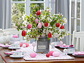 Ostertischdeko mit Strauß aus Apfelblüten - Zweigen