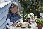 Ausgeblasene Eier als Vasen mit Viola - Blüten