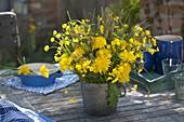 Gelber Wiesenstrauß und Kränzchen aus Taraxacum (Löwenzahn), Ranunculus