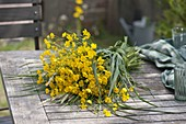 Wiesenstrauß aus Ranunculus acris (Hahnenfuß, Butterblumen)