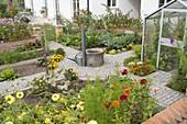 Kleiner Bauerngarten mit Mauer und Gewächshaus