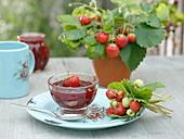 Erdbeer-Marmelade mit Erdbeere (Fragaria), kleinem Strauß aus Erdbeeren