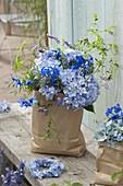 Blauer Strauß aus Hydrangea 'Endless Summer' (Hortensie), Delphinium